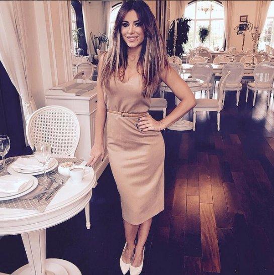 Ани Лорак предстала в элегантном платье