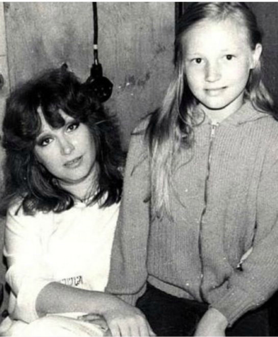 Кристина Орбакайте показала архивное фото с мамой
