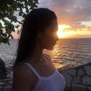 Белла Хадид в прозрачном топе изнывает от желания искупаться в океане на закате. Фото