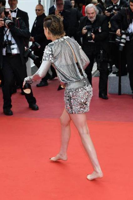 Кристен Стюарт сняла туфли во время своего выхода на красную дорожку в Каннах! Фото