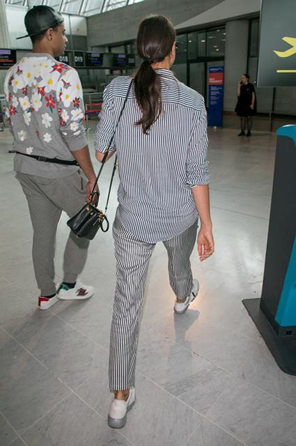 Ирина Шейк в полосатом пижамном костюме всполошила весь аэропорт в Нью-Йорке. Фото