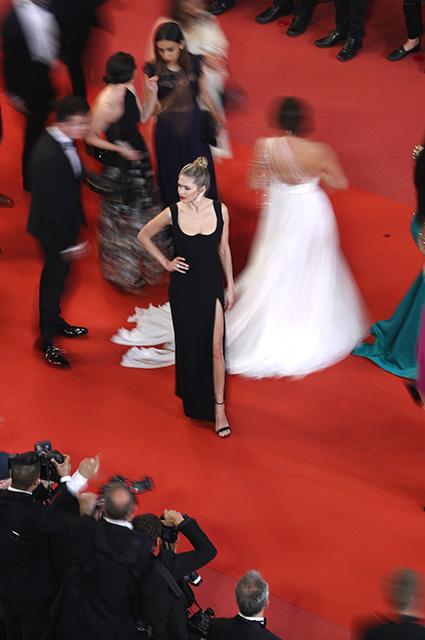 Вера Брежнева в платье Versace затмила всех на красной дорожке Каннского фестиваля. Фото