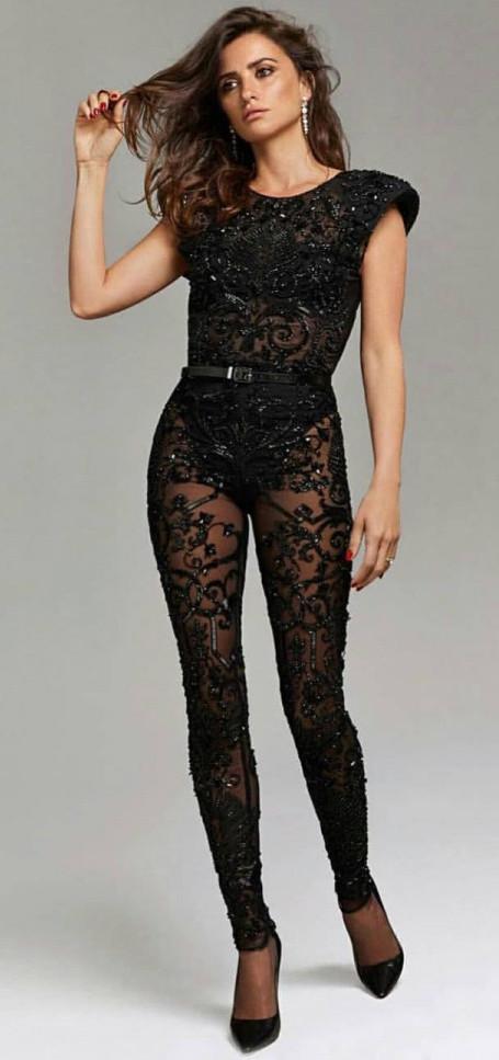 44-летняя Пенелопа Крус поразила изящной фигурой в комбинезоне Versace. Фото