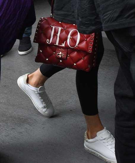 48-летняя Дженнифер Лопес тоже не смогла устоять перед именной сумкой Valentino. Фото