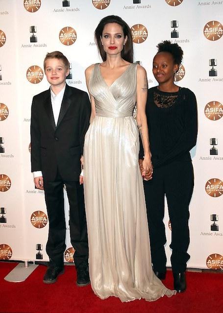 Анджелина Джоли в ярости: она не может вывезти детей из США из-за развода с Питтом!