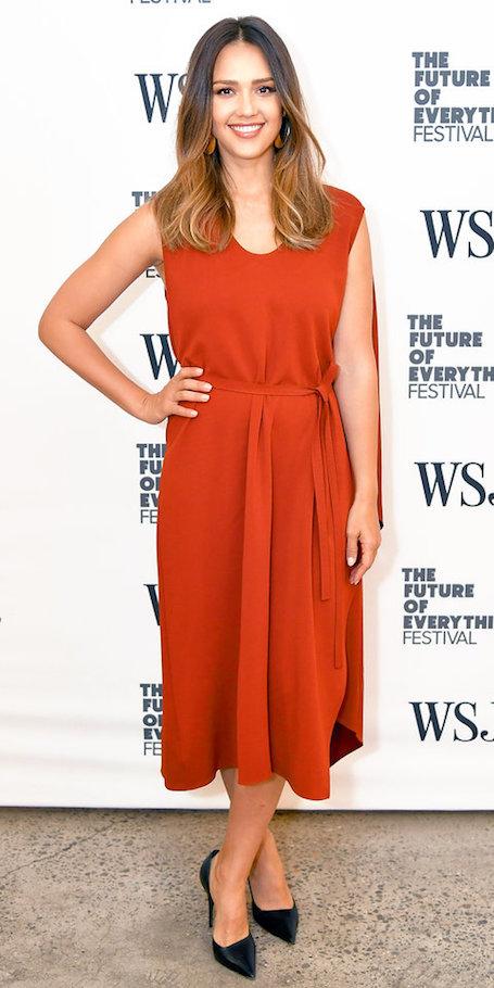 Джессика Альба в простом терракотовом платье ослепила фанатов своей красотой. Фото