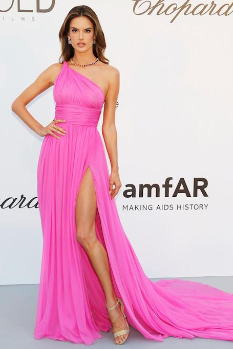 Канны-2018: Алессандра Амбросио в розовом платье Tommy Hilfiger на рауте amfAR. Фото
