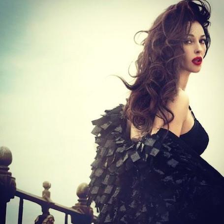 Моника Беллуччи в черном платье и с красной помадой гипнотизирующе соблазнительна. Фото