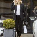 Рози Хантингтон-Уайтли удивила новой стрижкой и нарядом в строгом деловом стиле! Фото