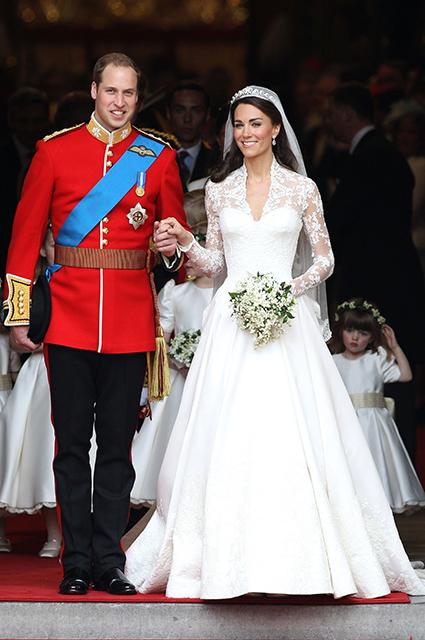 Королевские невесты: фанаты сравнивают свадебные платья Кейт Миддлтон и Меган Маркл. Фото