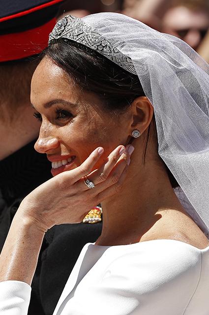 Свадебный образ Меган Маркл: платье, тиара, фата, кольцо, макияж и букет от принца Гарри. Фото