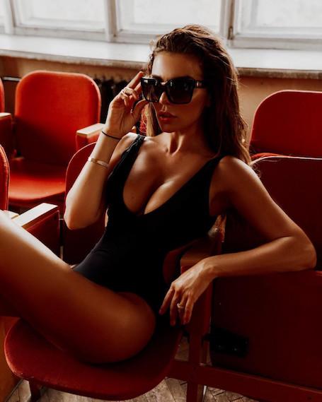 Золото, красный и черный: Анна Седокова впечатлила фигурой в разных бикини. Фото