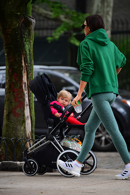 Ирина Шейк без макияжа была замечена на прогулке с годовалой дочерью Леей. Фото