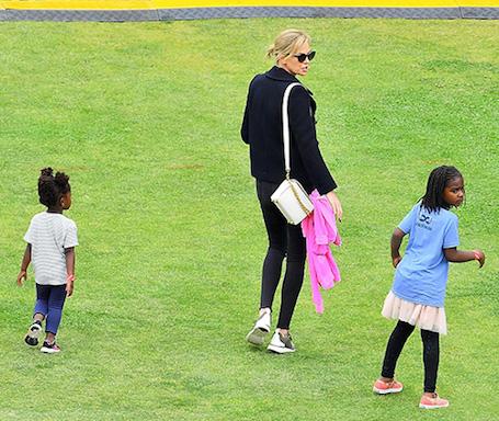 Шарлиз Терон и ее дети: сын носит юбку и розовые кеды, а дочь щеголяет в брюках! Фото