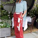 Виктория Бекхэм в терракотовых брюках и льдисто-голубой рубашке впечатляет стилем. Фото