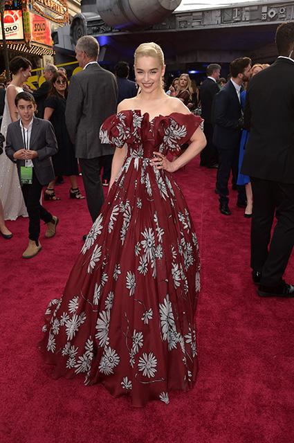 Эмилия Кларк сразила всех в багровом платье на премьере фильма Звездных войн. Фото