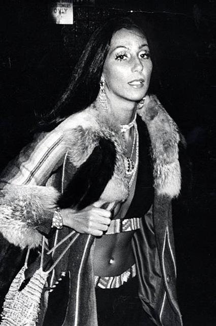 45 лет назад: Ким Кардашьян повторила скандальный образ певицы Шер. Фото