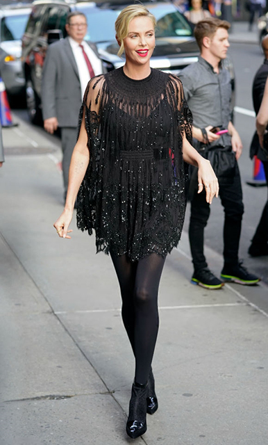 Винтаж и черные кружева: Шарлиз Терон искушающе прекрасна в платьях Valentino. Фото