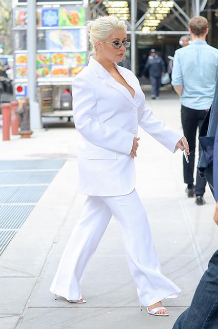 Кристина Агилера впечатлила пышными формами в белоснежном брючном костюме. Фото