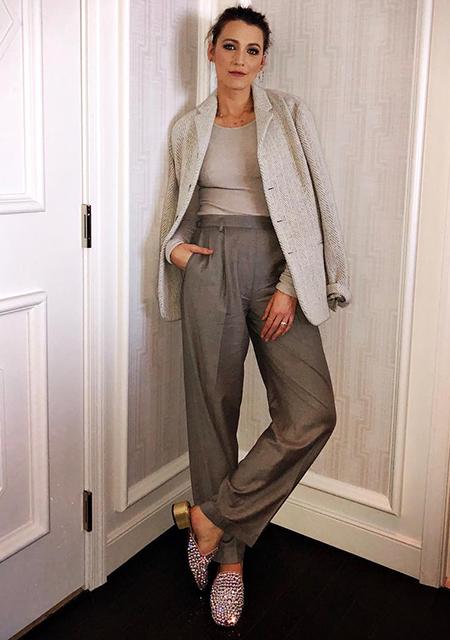 Самая стильная в Голливуде: Блейк Лавли в сером костюме и мюлях со стразами. Фото