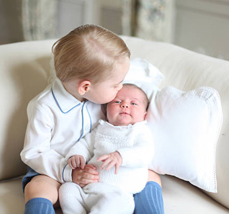 Кейт Миддлтон сняла принцессу Шарлотту и принца Луи в их первом совместном фотосете. Фото
