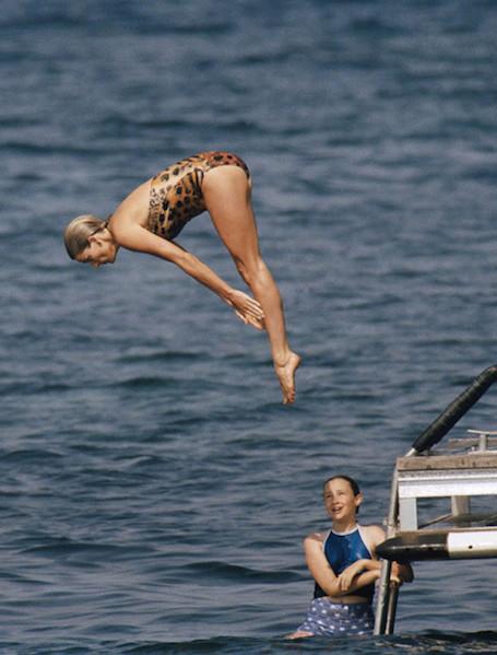 Берем пример с Леди Ди: лучшие образы принцессы Дианы в купальниках. Фото