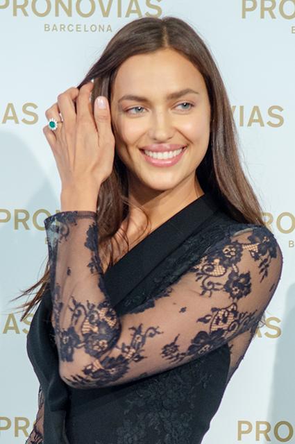 Ирина Шейк похвасталась шикарным обручальным кольцом с изумрудом. Фото