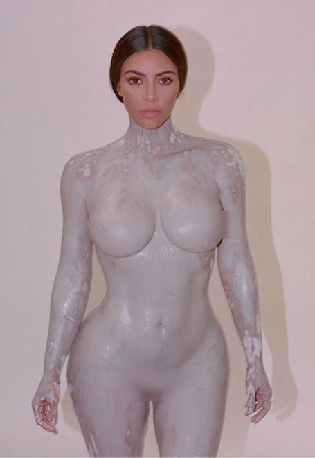 Раздетая Ким Кардашьян снова возмутила Сеть невероятно откровенными позами. Фото