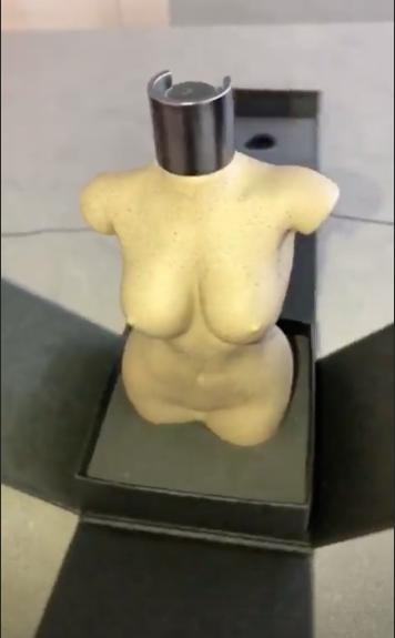 Разделась и обмазалась глиной: Ким Кардашьян превратила свое тело во флакон духов! Фото