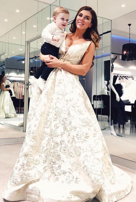 Анна Седокова с сыном на руках и в роскошном свадебном платье сразила всех! Фото