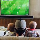 Энрике Иглесиас приучил четырехмесячных детей смотреть футбол вместе с собой! Фото