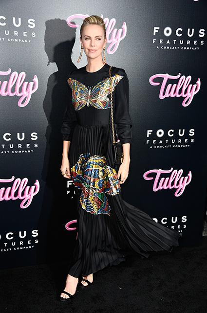 Шарлиз Терон в черном платье Dior с яркими бабочками затмила всех на кинопремьере. Фото