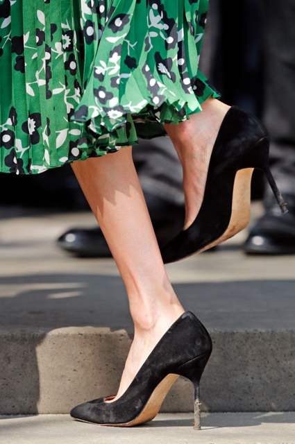Меган Маркл в зеленом платье с глубоким декольте пленила весь Лондон. Фото