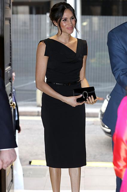 Королева элегантной простоты: Меган Маркл в черном платье на приеме в Лондоне. Фото