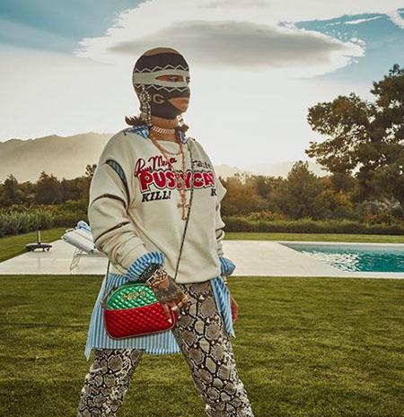 Жара не помешала Рианне надеть балаклаву и скандальные брюки-сапоги из питона. Фото