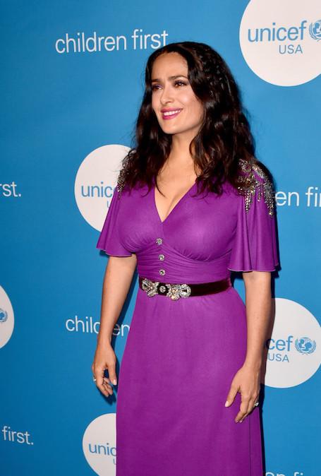 Вот это формы: Сальма Хайек в лиловом платье впечатлила размером бюста! Фото