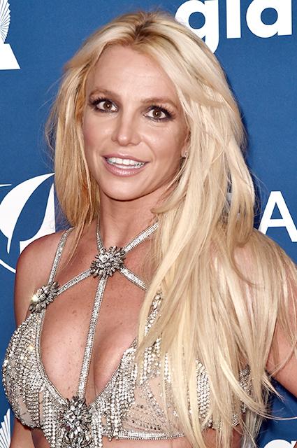 Бритни Спирс рискнула надеть слишком откровенное платье на GLAAD Media Awards. Фото