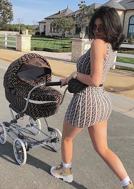 Молодая мама Кайли Дженнер ошеломила фанатов невероятными изгибами своей фигуры! Фото