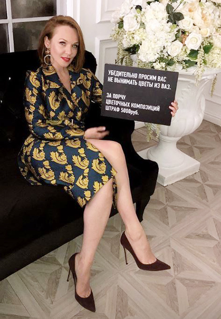 Альбина Джанабаева в ярком тренче и на шпильках поразила роскошной фигурой. Фото