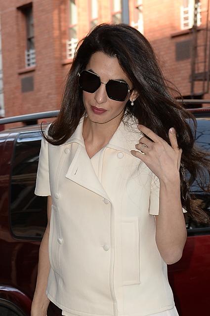 40-летняя Амаль Клуни в кремовом наряде с плиссе отправилась на деловую встречу. Фото