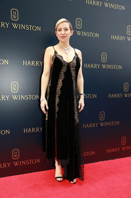 Кейт Хадсон в ажурном платье впервые вышла в свет после новости о беременности. Фото
