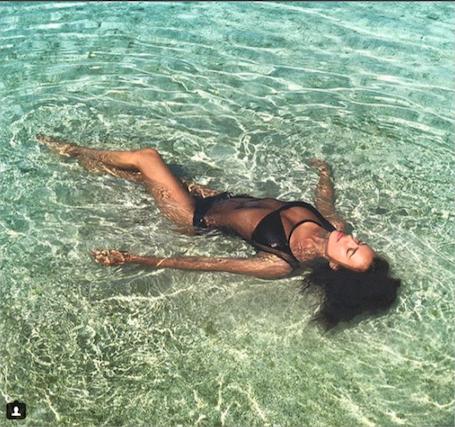 Ирина Шейк похвасталась фигурой в соблазнительном купальнике из сетки. Фото