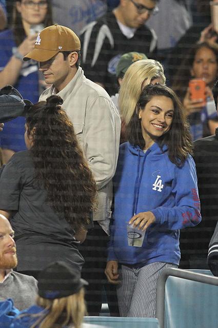 Беременная Мила Кунис появилась на бейсбольном матче с Эштоном Катчером. Фото