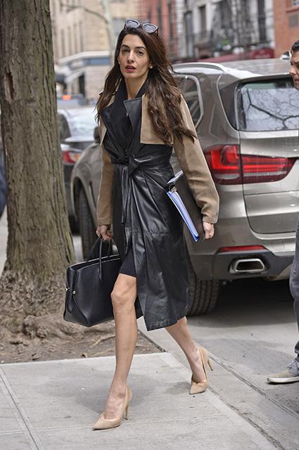 Амаль Клуни в кожаном плаще показала длинные ножки и стройную фигуру. Фото