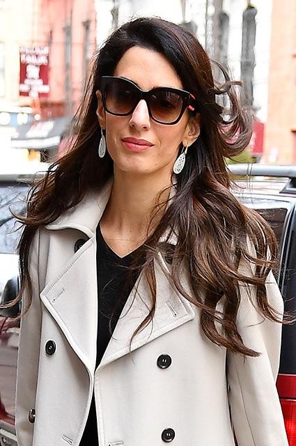 Королева делового стиля: Амаль Клуни в маленьком черном платье и бежевом тренче. Фото