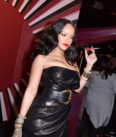 Рианна похудела и надела провокационное мини-платье из черной кожи. Фото