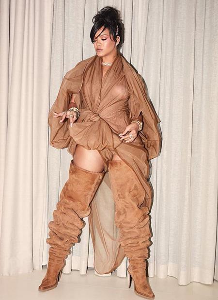 Для Coachella Рианна замоталась в прозрачную тюль и надела гигантские сапоги. Фото