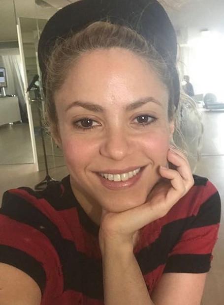 41-летняя Шакира показала, как она выглядит без макияжа и прически. Фото