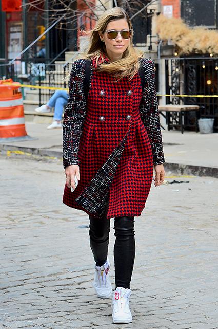 Джессика Бил в пальто с самым модным принтом сезона прогулялась по Нью-Йорку. Фото