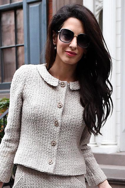 Амаль Клуни в женственном твидовом костюме Chanel показала чудеса стиля. Фото